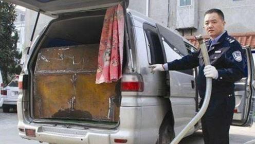 在高速收费站交警拦下一辆面包车,一打开后备箱:你想去吃牢饭?