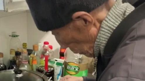 93岁的爷爷做菜,我也不敢问也不敢说,这是什么炒法?