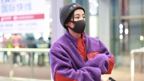 张子枫穿紫色毛绒外套提前过冬 口罩遮面呆萌惹人爱