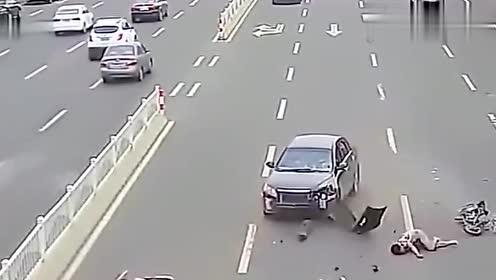 两辆摩托车在道路上违规行驶,轿车的出现把他们两个成功终结!