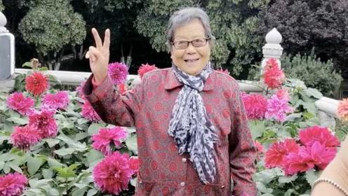 大妈带87岁母亲旅游拍写真:老人也爱美,想让她开心