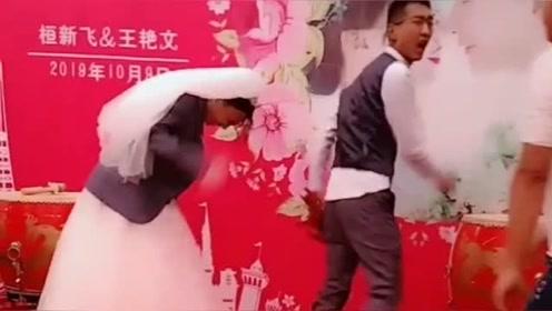 伴郎婚礼现场戏弄新娘新郎,结果遭到新郎现场火爆用脚踢,气氛很尴尬