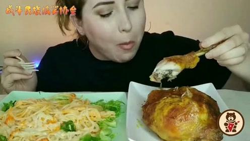 俄罗斯大姐吃咖喱烤鸡配意面 大口吃鸡腿的样子把我看饿了