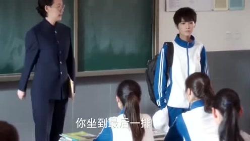 班上来个帅哥,美女直接看呆了,竟然忘了坐下,同学荒唐大笑!