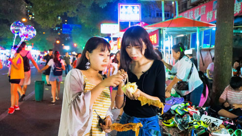逛吃丹东最大的夜市,各地小吃一应俱全,30元吃到走不动