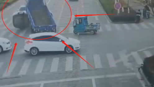 闯红灯的三轮将轿车撞倒侧翻,还直接骑了上去!监控记录这离奇一幕