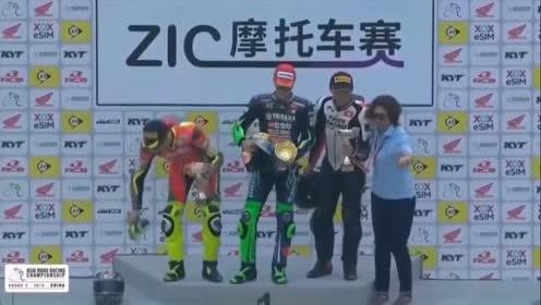 王一博摩托拉力赛获得冠军!颁奖时被阿姨摸脸!太羡慕了