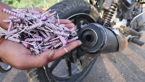 趣味实验:老外在摩托车排气管里放满小鞭炮,结果炸的满天飞!