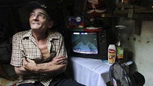 夫妻俩住下水道22年,坚持不肯搬家,进去一看众人不淡定了