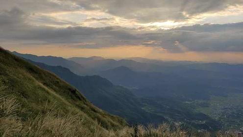 爬武功山看绝美日出:在云中草原露营,宛如人间仙境