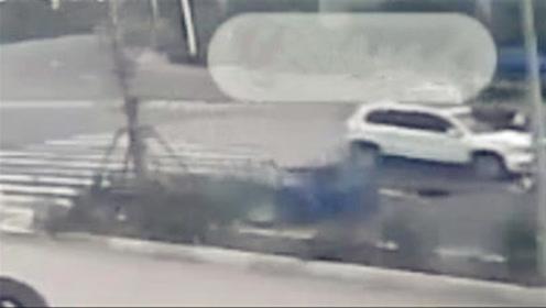 监控:三轮车载3人斑马线上横穿马路遭小车撞飞