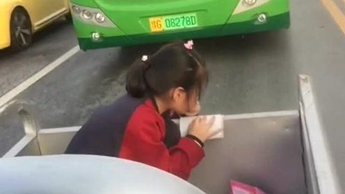 穷人家的孩子一分一秒都金贵,放学路上写作业,回家还得干活