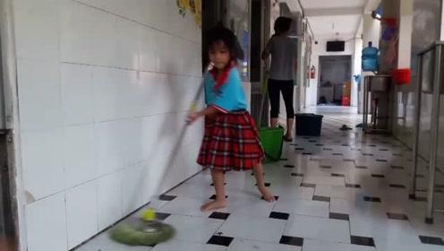 孤儿院女孩都早熟,上了6岁就带孩子干活,有父母疼的哪会这样?