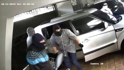 多组监控画面:5名劫匪入室作案,主人一枪把他们全部吓跑!