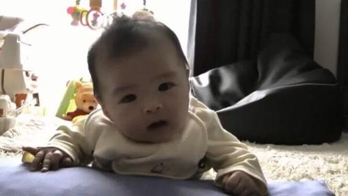 2个月的宝宝每天这样练习抬头,小脑袋摇摇晃晃,好呆萌