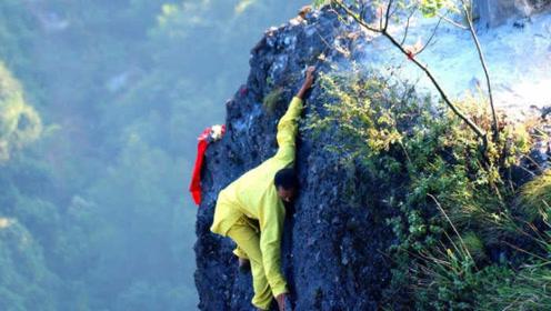 仅10厘米宽的悬崖上烧香 成就了月入10万的职业烧香人