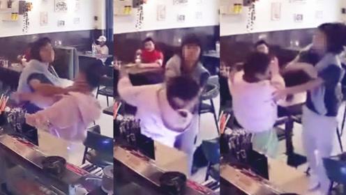 """监拍:女子奶茶店内不小心擦碰他人 被连续掌掴脚踹持""""械""""殴打"""