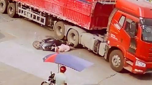 """女子骑车被重型车挂倒!头离车轮仅0.01公分险被""""爆头"""""""