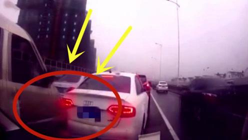 女司机强行加塞变道,2秒后后面的司机看不下去了!