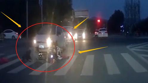 夜间路口抢行的电动车被对向车辆撞倒,碎片遍地,网友:这是谁的责任?
