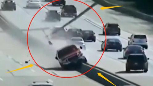 惊魂!红色皮卡冲上隔离栏撞倒路灯,造成三车连环追尾,交警:必须绳之以法