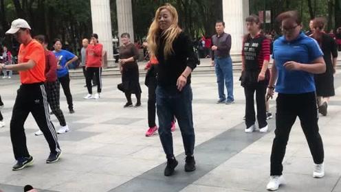 目前很流行的鬼步舞,爱美的朋友跳一跳,轻松减肥心情好