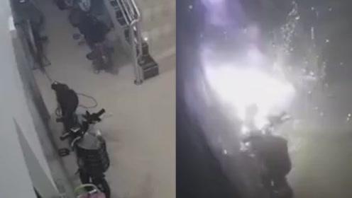 电动车屋内充电2分钟爆炸30多次 浓烟四起火光四溅场面恐怖