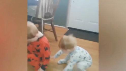 弟弟放下玩具,哥哥直接就坐在了上边,这简直太会玩了!