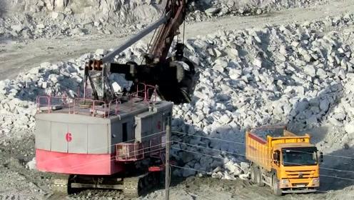 国外大型开矿作业现场,这么大的工程机械还是第一次见,霸气十足