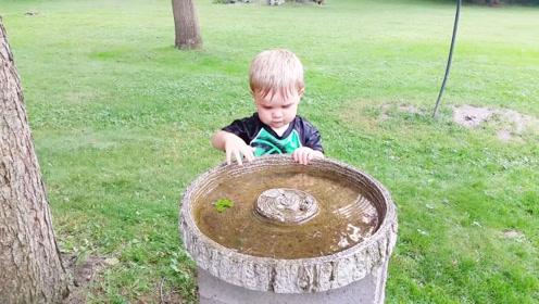 男孩在玩水池里的水,最后还要喝一口,简直太搞笑了!
