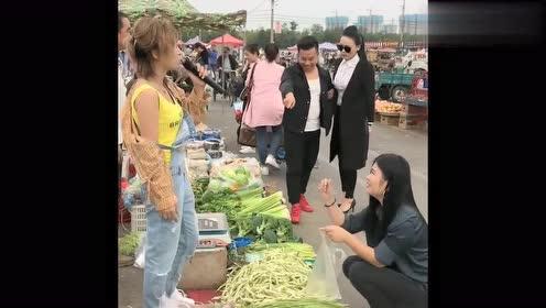 小姐姐菜市场唱歌,谁料被小哥哥抢了话筒,一开口惊艳了!