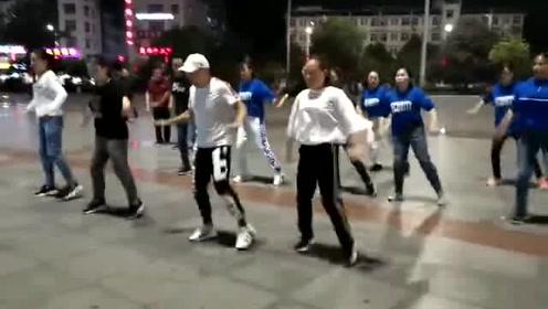 经典广场鬼步舞《2019一起嗨》,耍酷的舞步,喜欢就跳起来