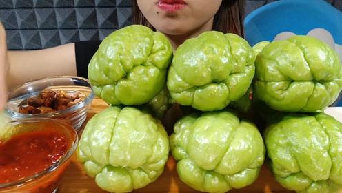 """你吃过这种蔬菜吗?小姐姐生吃""""佛手瓜"""",看着很好吃的样子"""