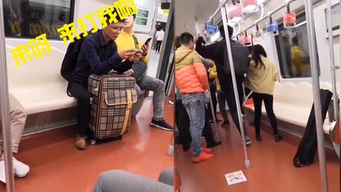 男子地铁挑衅周边乘客还骚扰女孩,被女孩男友飞踹暴揍