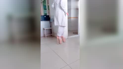 一高跟鞋小姐姐网络上走红!为了结婚!拼了!网友:原谅我笑了!