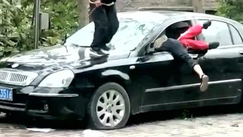 这群小孩太调皮了,一辆好好的车被你们弄成这样,网友们:等着赔钱吧
