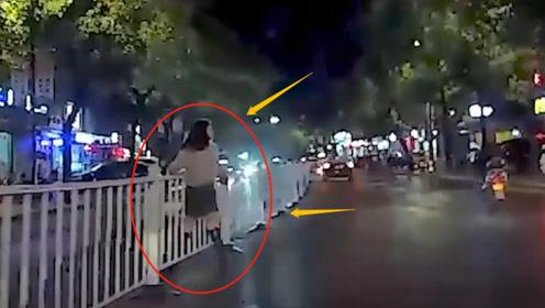 短裙小姐姐在有护栏的位置过马路,司机都呆了!不是监控谁知道身材这么好?