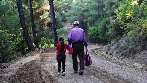 父爱如山!暖爸为女儿修4公里上学路,圆女儿求学梦