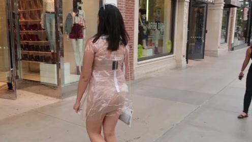 """女子穿""""透明衣""""逛街,引无数路人围观,网友:皇帝的新装?"""