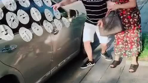 """妻子""""脑洞大开""""用面膜给汽车做保养!婆婆看完却开心了"""