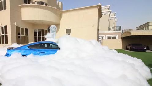 迪拜土豪姐弟玩泡泡,把泡泡堆满整个院子,只是玩完要怎么收拾