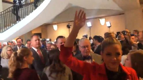砸场!共和党议员冲进特朗普弹劾调查听证会 拒绝离开长达数小时