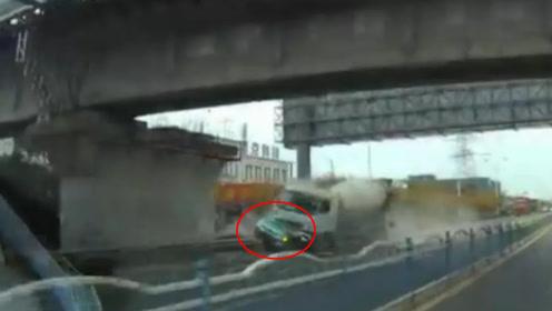 惨烈!出租车遭水泥车追尾 剧烈冲撞下瞬间支离破碎