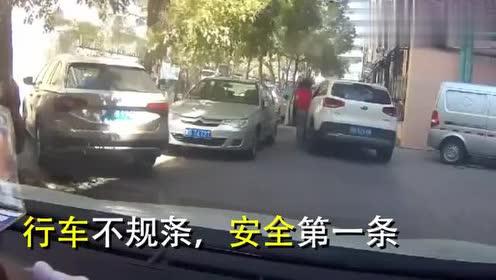 实拍:女司机步履轻盈上了车,接下来惹人笑,周围所有车都遭殃