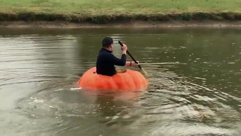 国外农夫将巨型南瓜挖空制成独木舟 由于过于得瑟 最终在河里沉底