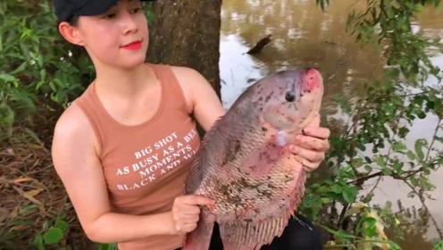 农村女孩钓鱼,钓了一条粉红罗非鱼,看看有多重?