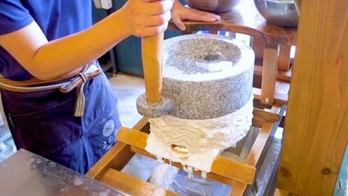 日本纯手工石磨豆腐,传统手艺,看着好想吃!