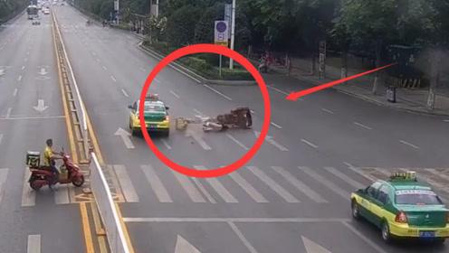 女子骑三轮车过马路,下一秒被出租车撞飞,查看监控家人崩溃