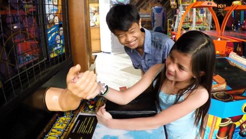 小女孩挑战掰手腕游戏机,男孩站在一旁吃醋了:见色忘义!