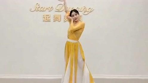 飒!美女一个人在舞蹈室练习跳《青花瓷》,网友:看的我都想学!